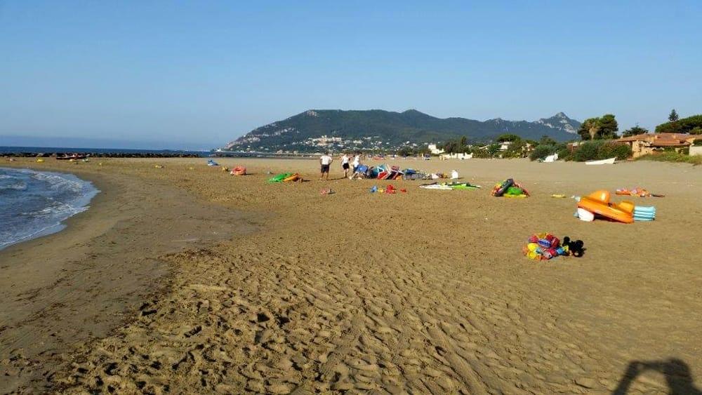Matrimonio Spiaggia Circeo : Spiaggia libera occupata sequestro ombrelloni e sdraio a